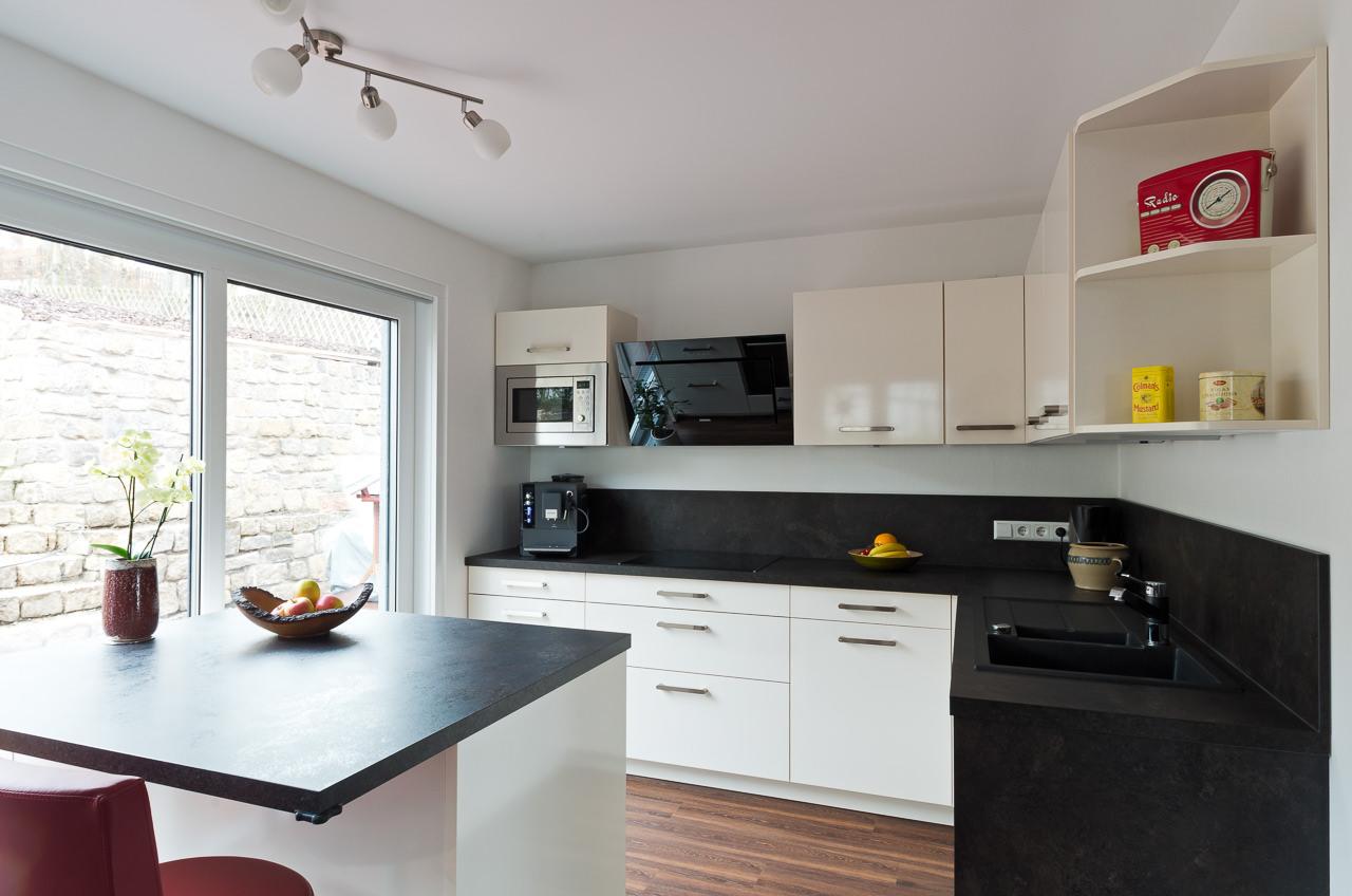 Elegante Hochglanzküche mit Insel - Ihr Küchenstudio im Saale-Orla-Kreis
